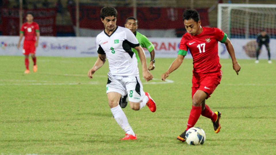 Samsul Arif mengenakan seragam Timnas Indonesia ketika berhadapan dengan Palestina. Copyright: Ardiansyah/INDOSPORT