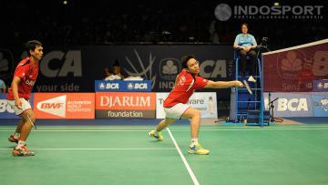Hendra Setiawan berhati-hati mengembalikan shuttlecock dari pasangan Denmark, Anders Skaarup Rasmussen/Kim Astrup Sorensen, dalam turnamen Indonesia Open 2014 di Istora Senayan, Jakarta, Kamis (19/06/14).