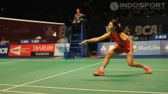 Indosport - Li Xuerui (China) dengan yakin mengembalikan serangan Ratchanok Intanon (Thailand) pada nomor final tunggal putri BCA Indonesia Open 2014 di Istora Senayan, Jakarta, Minggu   (22/06/14).