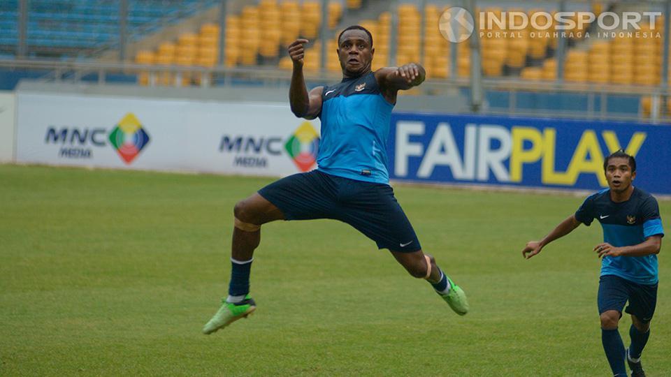 Victor Igbonefo pada saat latihan bersama timnas di lapangan SUGBK, Jakarta. Copyright: Ratno Prasetyo/ INDOSPORT