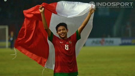 Selebrasi Evan Dimas setelah Timnas Indonesia U-19 mengalahkan Korea Selatan pada laga terakhir penyisihan Grup G Kualifikasi Piala Asia U-19 di Stadion Gelora Bung Karno (GBK), Senayan, Jakarta Sabtu (12/10/2013). - INDOSPORT