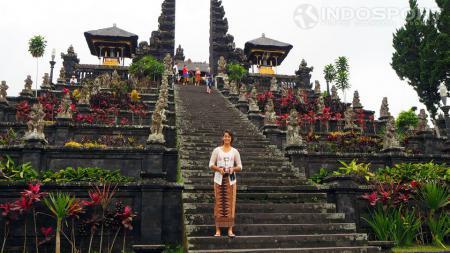 Tami Grende menyempatkan diri menikmati liburan di Bali. - INDOSPORT