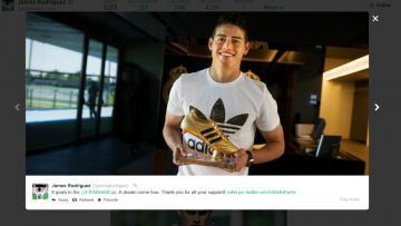 James Rodriguez menerima Golden Boot dari FIFA.