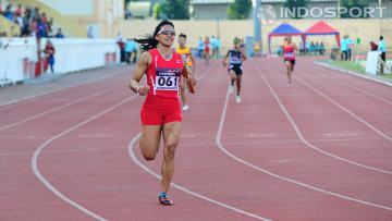 Dedeh Erawati saat menerima medali perak setelah berlomba di nomor 4x400 meter putri pada kejuaraan atletik nasional 2014 di stadion Rawamangun, Sabtu (23/08/14).