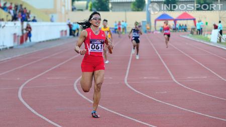 Dedeh Erawati saat menerima medali perak setelah berlomba di nomor 4x400 meter putri pada kejuaraan atletik nasional 2014 di stadion Rawamangun, Sabtu (23/08/14). - INDOSPORT