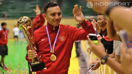 Caisar Oktavianus membawa piala MNC Futsal Championship 2014 berkeliling untuk menyalami pendukung timnas futsal Indonesia setelah mengalahkan China dengan skor 4-3 di Istora Senayan, Rabu (03/09/1 - INDOSPORT