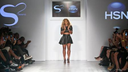 Aksi Serena Williams di ajang New York Fashion Week, Selasa (09/09/14). - INDOSPORT