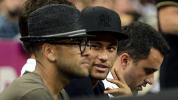 Dani Alves, Neymar, dan Julio Cesar menyaksikan pertandingan semifinal Piala Dunia Basket Spanyol 2014, Jumat (12/09/14).