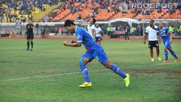 Achmad Jufriyanto, gelandang Persib Bandung, mencetak satu-satunya gol ke gawang PBR pada babak delapan Besar di Stadion Si Jalak Harupat, Bandung, Senin (06/10/14).