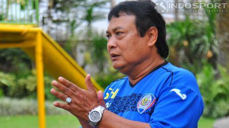 Pelatih Arema Cronus Suharno saat memberikan intruksi anak didiknya dalam latihan  - INDOSPORT