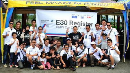 Para anggota BMW CCI E30 Register berkumpul di Sirkuit Internasional Sentul, Jawa Barat, Minggu (30/11/14) untuk merayakan ulang tahun klub. - INDOSPORT