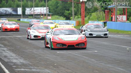 Ferrari F430 langsung tancap gas ketika perlombaan kelas F430 Competizione dimulai. - INDOSPORT