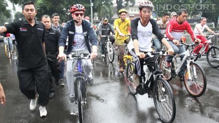 Joko Widodo saat menjabat sebagai Gubernur DKI Jakarta menerima kedatangan dua pebalap MotoGP Valentino Rossi dan Jorge Lorenzo di Balai Kantor Gubernur DKI Jakarta, Jumat (17/01/14). - INDOSPORT
