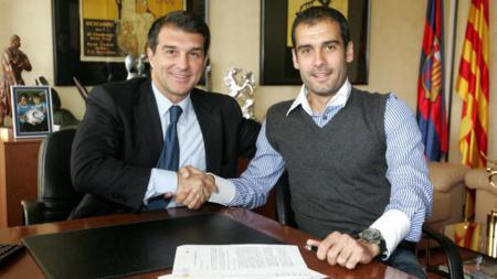 Joan Laporta (kiri) bakal buat karier Ronald Koeman di raksasa LaLiga Spanyol, Barcelona, tamat dan bikin bahagia Lionel Messi karena kedatangan banyak legenda sepak bola. - INDOSPORT