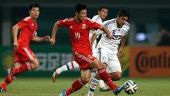 Indosport - Wu Lei saat ditempel ketat lawan.