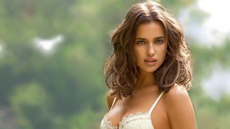 Eks Ronaldo, Irina Shayk kembali bikin geger dengan unggahan pose panas bersama supermodel wanita di mobil. - INDOSPORT