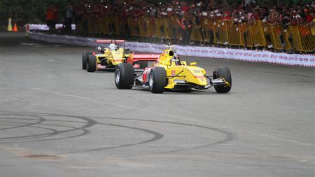 Tim Carlin luncurkan mobil balap untuk Formula Renault 3.5 di Pelataran Parkir JCC Senayan, Jakarta. - INDOSPORT