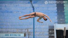 Indosport - Andriyan saat berlatih melakukan loncat indah di kolam renang Gelora Bung Karno, Jakarta. Jumat (06/02/2015).