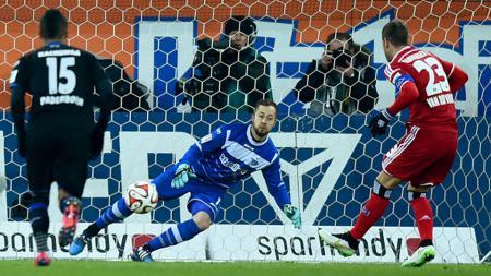 Rafael van der Vaart saat mengeksekusi penalti melawan Paderborn - INDOSPORT