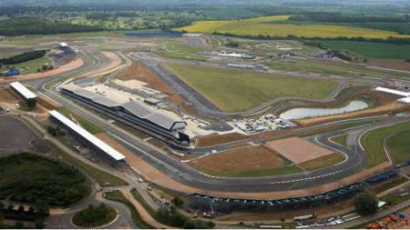 Pandemi virus Corona kini membuat gelaran MotoGP dan Formula 1 (F1) GP Inggris terancam batal digelar. - INDOSPORT