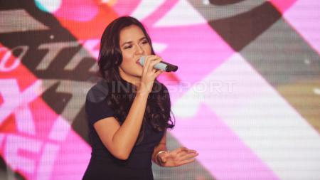 Penyanyi cantik Indonesia, Raisa Andriana mengaku saat ini sedang menyukai olahraga Bulutangkis. - INDOSPORT