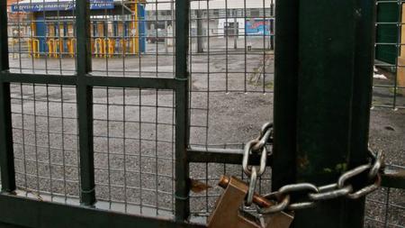 Kondisi stadion milik Parma yang digembok. - INDOSPORT