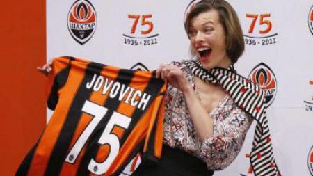 Mila Jovovich, artis hollywood penggemar Shakhtar Donetsk. - INDOSPORT