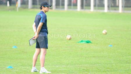 Pelatih Timnas Indonesia, Shin Tae-yong, memiliki tantangan baru yakni mengatur pola latihan karena banyak pemain yang beragama Islam. - INDOSPORT