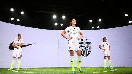 (ki-ka): Pesepakbola timnas wanita Amerika Serikat Tobin Heath, Alex Morgan, dan Sydne Leroux bak model memperkenalkan jersey terbaru untuk Piala Dunia di Quisote Studios, California, Rabu (22/04/15). - INDOSPORT