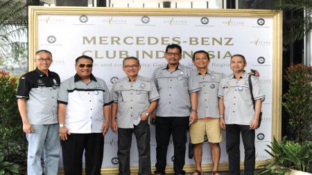 Deddy Rahmadi (keempat dari kiri) ketua Mercedes-Benz Indonesia berpose bersama sebagian anggota klub. - INDOSPORT