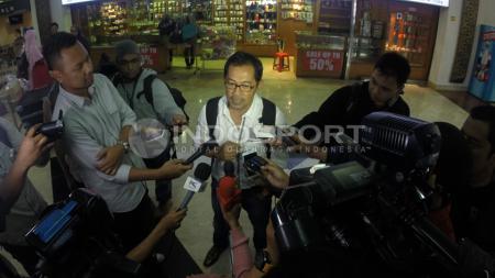 Pelatih Aji Santoso meladeni pertanyaan wartawan saat tiba di bandara Soekarno-Hatta, Tangerang, Banten, Selasa (16/06/15). - INDOSPORT