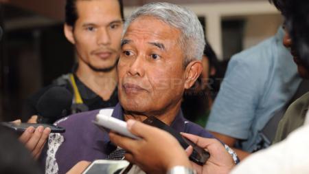 Ketua umum PSSI 20111-2015 Djohar Arifin memberikan keterangan pers usai melakukan pertemuan dengan Menpora Imam Nahrawi di Jakarta. Selasa (23/06/2015). - INDOSPORT