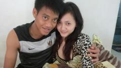 Indosport - Mantan kiper Arema FC, Kurnia Meiga, bersama istrinya.