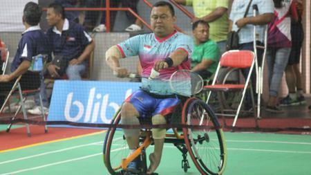 Salah seorang atlet sedang berlaga di Kejuaraan Dunia Indonesia Para Badminton Champhionship, di GOR Sritex Arena Rabu-Jumat (5-7/8). - INDOSPORT