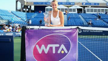 Petra Kvitova berpose dengan trofi yang ia dapat.