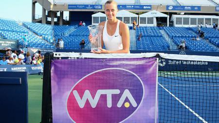 Petra Kvitova berpose dengan trofi yang ia dapat. - INDOSPORT