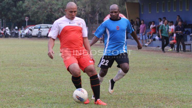 Alexander Pulalo (kanan) mengatakan ada dua pemain yang sangat sulit dijaga semasa dirinya aktif bermain. Copyright: © Herry Ibrahim/INDOSPORT