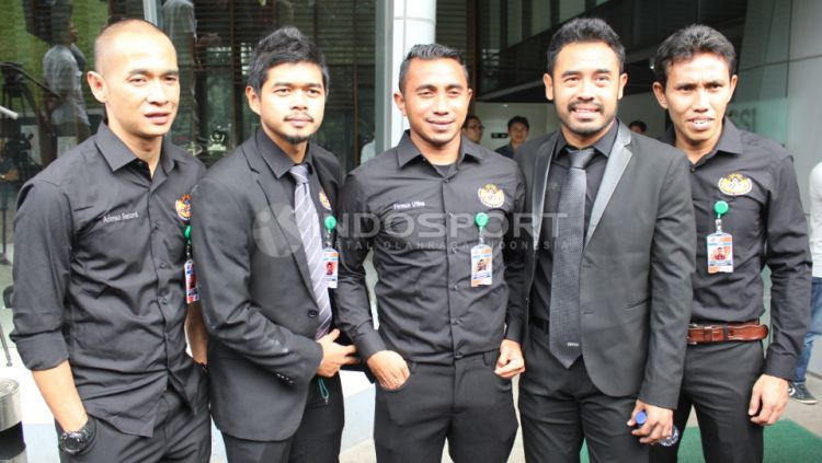 Asosiasi Pesepakbola Profesional Indonesia (APPI) yang diwakili Pornayo Astaman (Ketua), Bambang Pamungkas, Firman Utina, Bima Sakti dan Kurniawan Dwi Yulianto bertemu dengan Delegasi FIFA/AFC di Kantor PSSI, Selasa (02/11/15). Copyright: © Herry Ibrahim/INDOSPORT