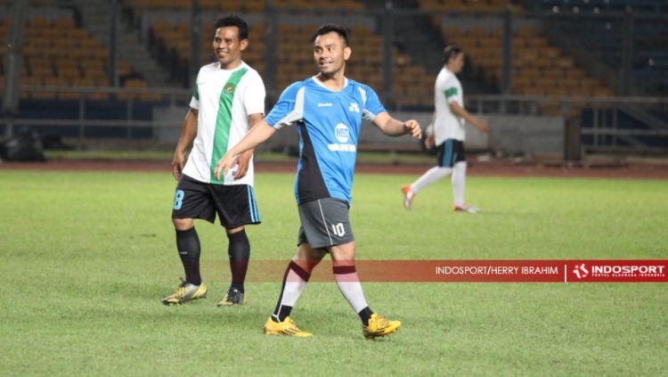 Penyanyi Judika saat bermain sepak bola. Copyright: © Herry Ibrahim/INDOSPORT