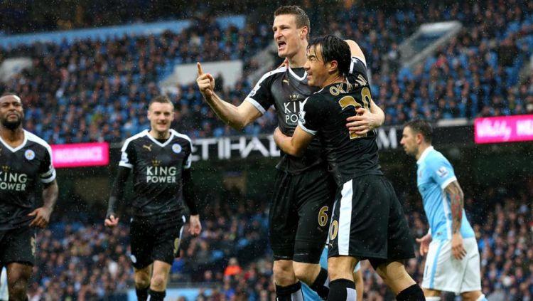 Robert Huth dan Shinji Okazaki berpelukan merayakan gol untuk Leicester City. Copyright: © INTERNET