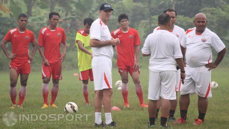 Pelatih baru persija, Paulo Camargo (tengah) bersama tim pelatih melakukan briefing usai melakukan latihan. Copyright: © Herry Ibrahim/INDOSPORT