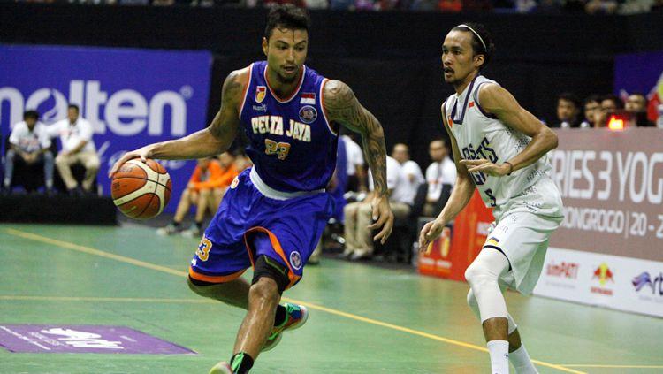 Pemain basket Timnas Indonesia, Brandon Jawato pernah membuat salah satu penonton mendapatkan uang senilai 20 juta rupiah melalui tembakan tengah lapangan. Copyright: © IBL