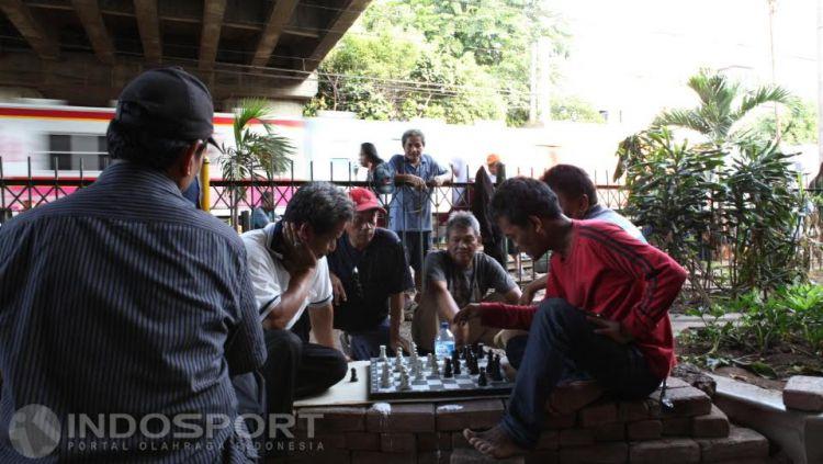 Kegiatan bermain catur warga di Taman Catur yang terletak di kolong jembatan stasiun Tebet Jakarta. Copyright: © Herry Ibrahim/INDOSPORT