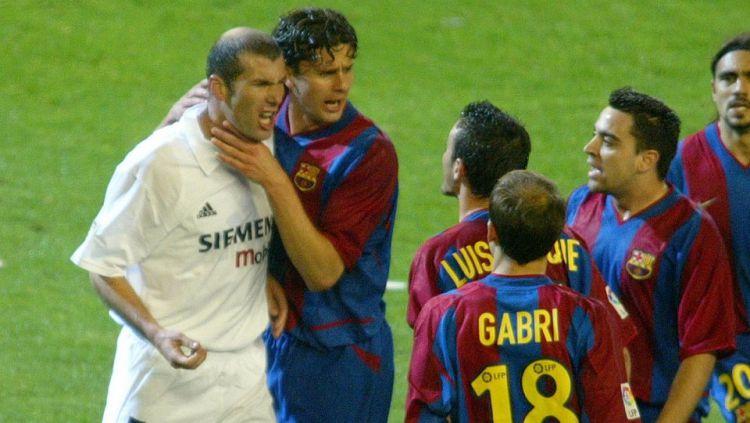 Keributan Zinedine Zidane dengan Luis Enrique saat bermain. Copyright: © INTERNET