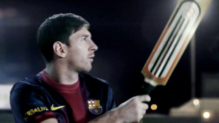 Lionel Messi memegang tongkat kriket. Copyright: © INTERNET