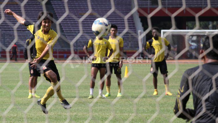 Mantan Gelandang Persib dan Sriwijaya FC Asri Akbar (kiri) melakukan shooting saat latihan. Copyright: © Herry Ibrahim/INDOSPORT