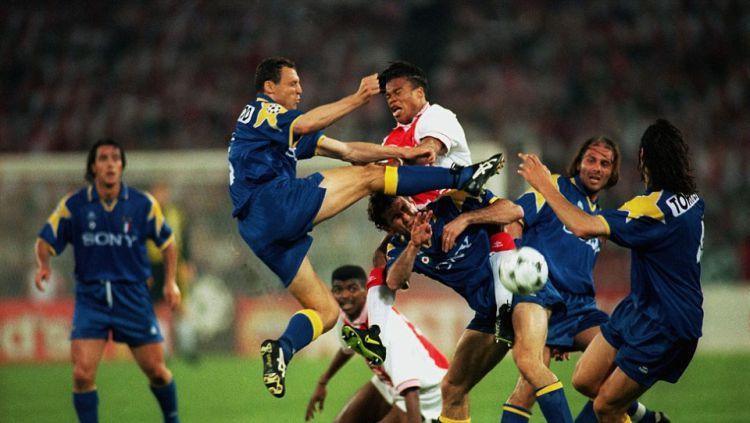 Conte bersama rekannya di Juventus coba merebut bola dari Edgar Davids pada laga final Liga Champions antara Juventus vs Ajax Mei 1996. Copyright: ©