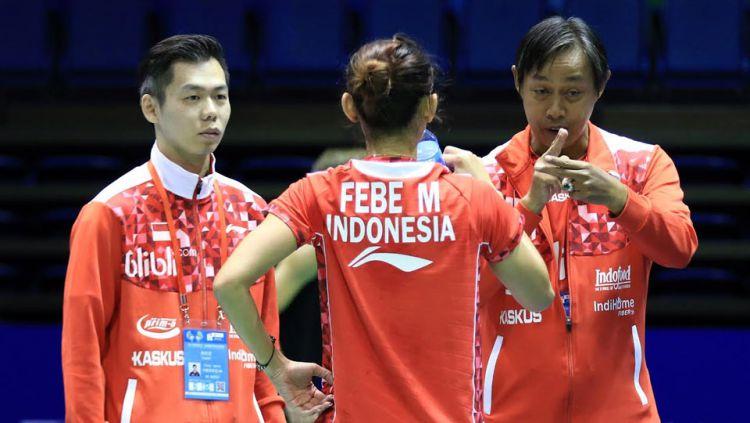 Sang pelatih memberi instruksi kepada Maria Febe Kusumastuti. Copyright: © HUMAS PBSI/INDOSPORT