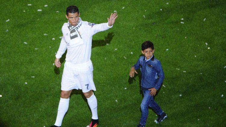 Cristiano Ronaldo dan sang anak, Cristiano Jr. Copyright: © Internet