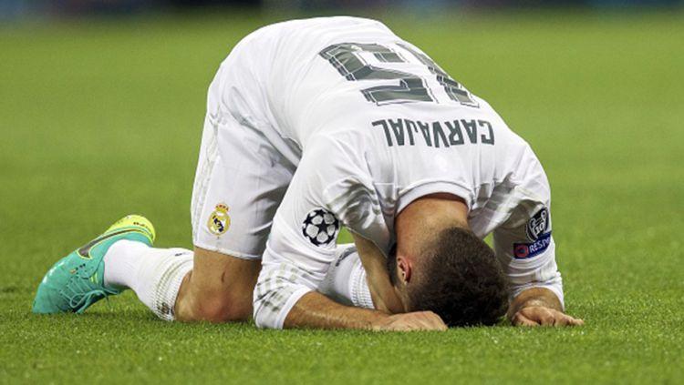 Dani Carvajal terkapar di tengah lapangan karena cedera yang dialaminya. Copyright: © INTERNET